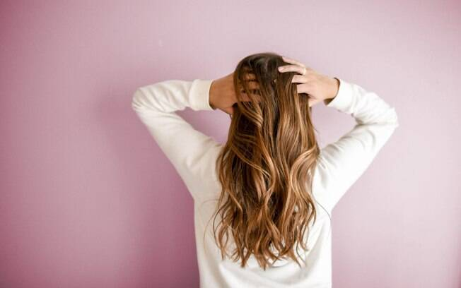 Oleosidade e coceira podem ocorrer se lavar o cabelo com água quente