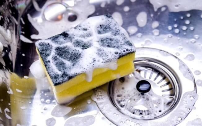 Com que frequência você troca a esponja de lavar louças%3F Apesar de não aparentar%2C ela está carregada de fungos e bactérias