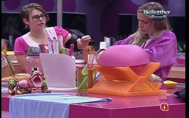 Mayara e Renata cozinham bolo de laranja