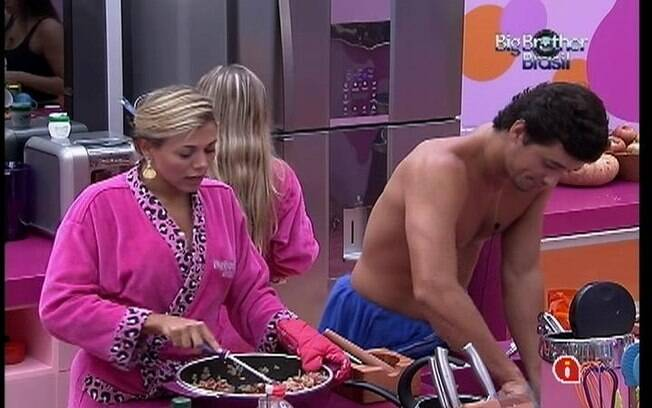 Fael ajuda Fabiana a preparar o almoço