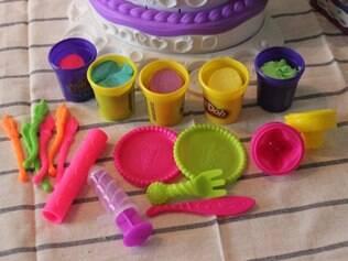Acessórios são usados para decorar bolos de brinquedo
