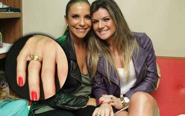 Mirella Santos exibe anel de brilhantes no dedo anelar, ao lado de Ivete Sangalo, no Folianópolis