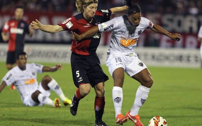 Ronaldinho protege a bola marcado por Diego  Mateo