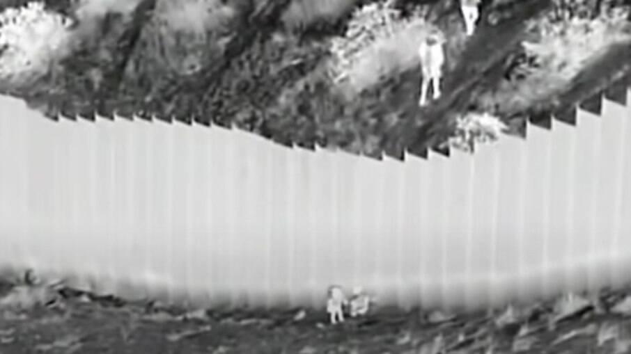 As crianças foram jogadas do muro que separa a fronteira dos Estados Unidos com o México