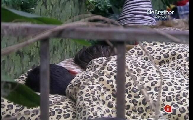 Yuri e Laisa descansam no Quarto Selva