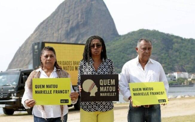 Pais de Marielle Franco e a diretora executiva da Anistia Internacional Brasil pedindo respostas sobre a morte da vereadora