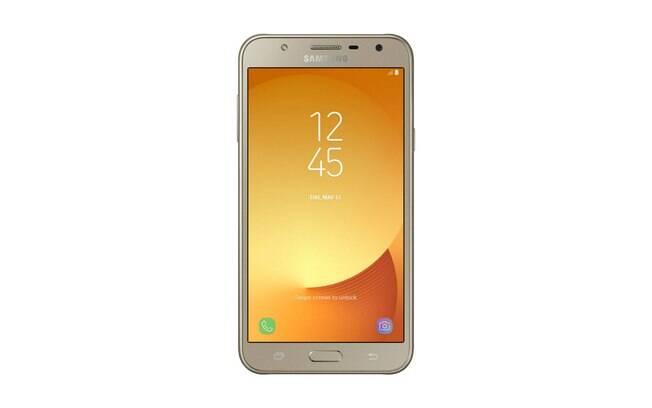 Disponível em preto e dourado, o Galaxy J7 Neo tem na TV digital a maior diferença entre os aparelhos