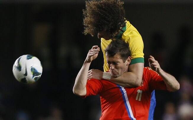 David Luiz sobe de cabeça com o russo  Kerzhakov