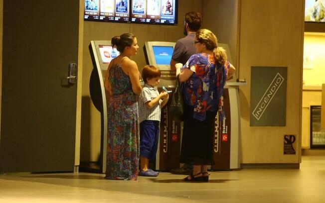 Rodrigo Lombardi compra ingressos para curtir cinema com a família