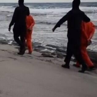 Militantes do grupo extremista levam reféns para o local da execução (arquivo)