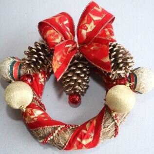 A guirlanda de capim trançado pode ser decorada com materiais disponíveis em casa