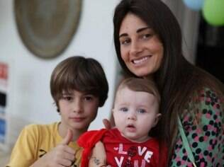 Fábio Assunção postou foto de seus filhos, João e Ella Felippa, com sua mulher, Karina Tavares
