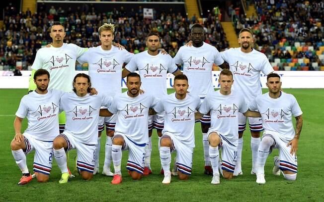 Jogadores do Sampdoria, assim como do Genoa, também entraram em campo para homenagear vítimas em Genova.