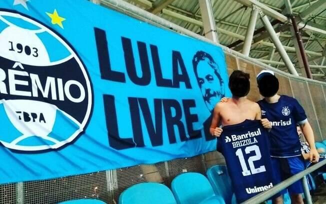 Faixa Lula Livre em jogo do Grêmio