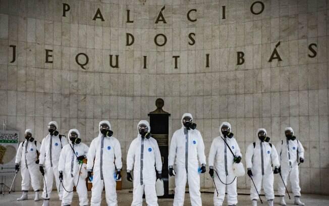 Palácio dos Jequitibás durante desinfeção para conter o novo coronavírus.