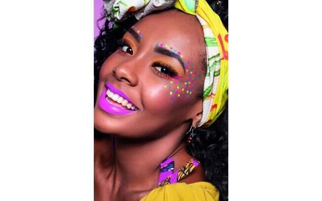 Use delineador colorido para dar um efeito diferente à maquiagem e apostar no neon