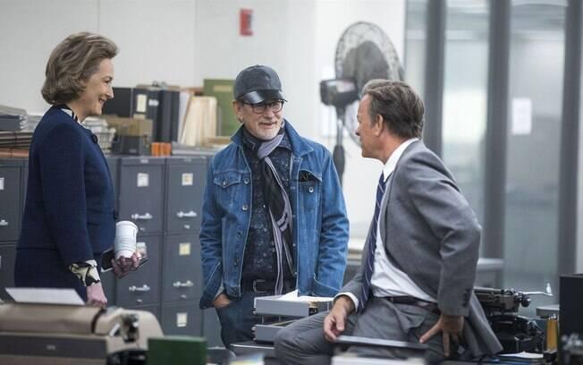 O diretor Steven Spielberg orientando os atores Meryl Streep e Tom Hanks durante as filmagens do filme 'The Post - A Guerra Secreta'