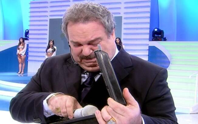 Gilberto Barros não conteve a emoção ao falar de Hebe Camargo, em 2012. Em uma homenagem, ele desligou o microfone da apresentadora e colega da 'Rede TV', e chorou