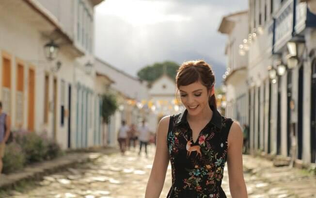 Titi Müller passeia por Paraty (RJ). Cidade faz parte da nova temporada do