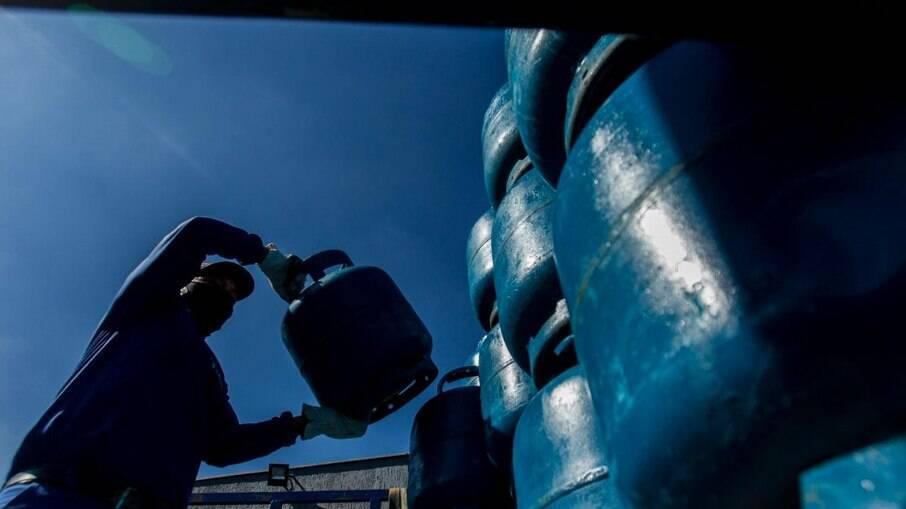 Jair Bolsonaro deve lançar vale-gás do governo federal em setembro