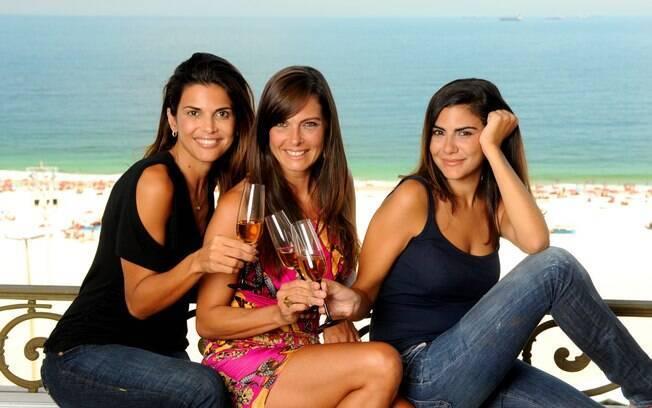 Isabella, a socialite; Sandra, a promoter experiente; e Manu, a