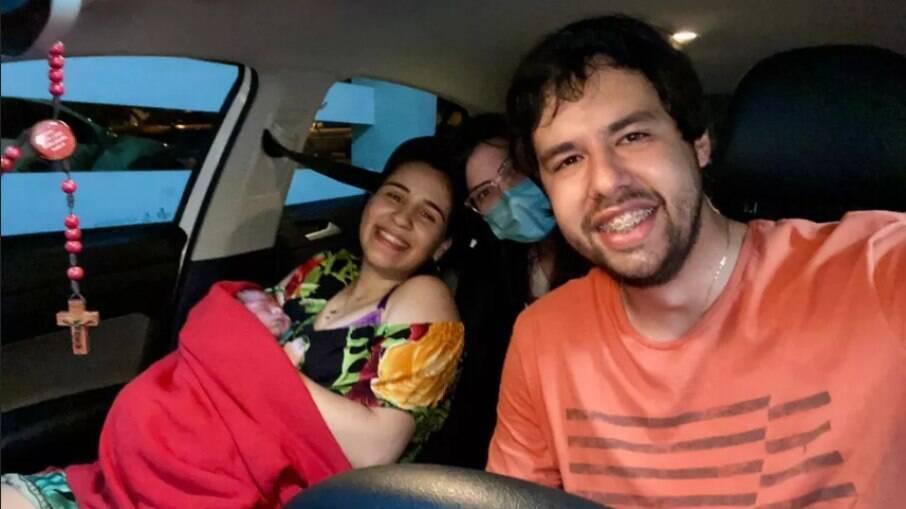 Mykaell Thiago Vitorino e Kállita Bandeira deram a luz no carro do casal