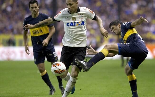 Atacante corintiano Guerrero tenta passar por  marcação do Boca Juniors