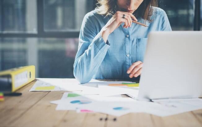 Novo estudo aponta que fazer pausas no trabalho para praticar a masturbação alivia o estresse e aumenta o rendimento