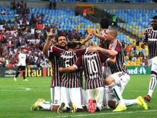 Fred celebra gol da vitória com companheiros
