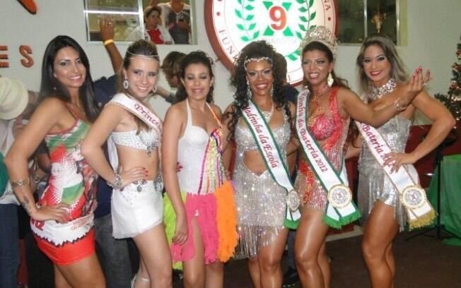 A corte da bateria da X-9 Paulistana para 2012 com a musa Mayra Cardi (à dir.) ao lado da rainha Rosimeire Rocha