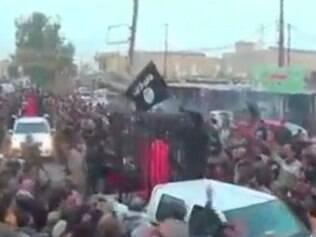 MUNDO - ESTADO ISLAMICO Estado Islâmico divulga vídeo com desfile de reféns curdos Combatentes das forças pershmerga presos em jaulas são exibidos em carreata no Nordeste do Iraque  FOTO: Reproducao / Youtube