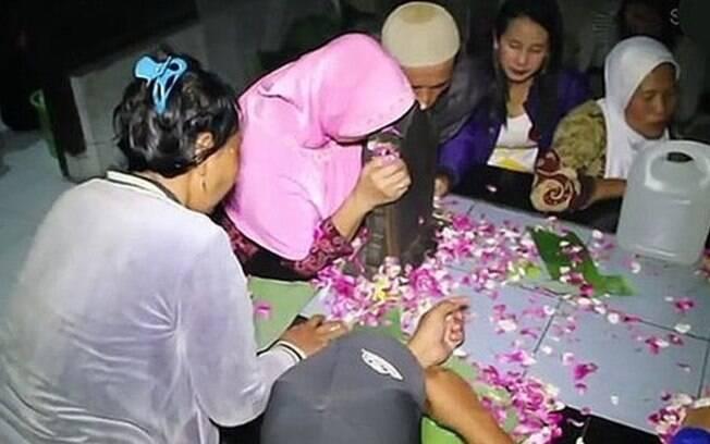 Orações e flores dão início a ritual na Indonésia