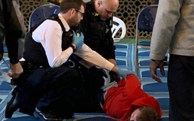 Suspeito foi preso após homem ter sido esfaqueado dentro de Mesquita em Londres