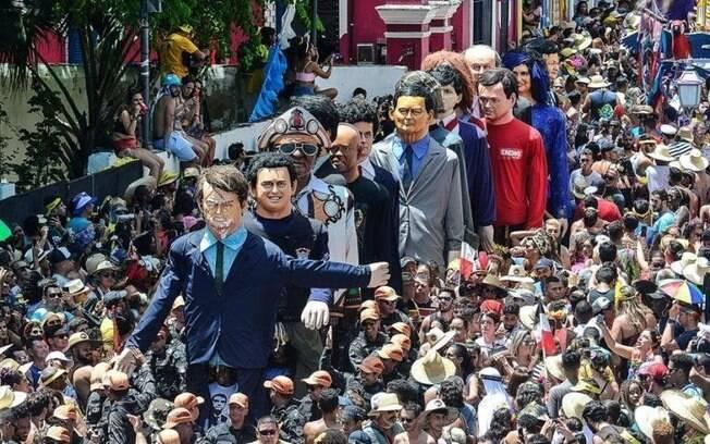 Desfile de carnaval em Olinda tem boneco de Jair Bolsonaro