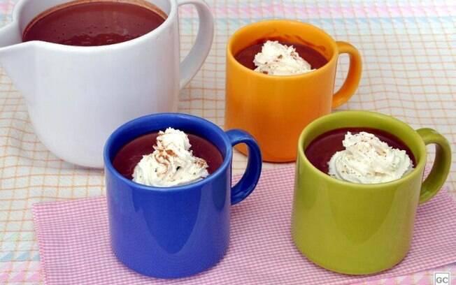 Chocolate quente com canela e noz-moscada para provar e aprovar