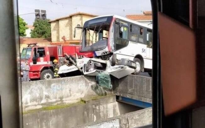 Nas imagens, é possível ver que carro tenta fazer conversão e acaba sendo atingido pelo ônibus