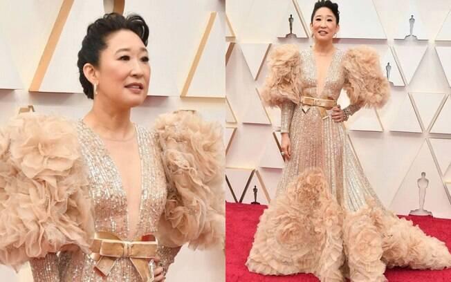 Sandra Oh passou pelo tapete vermelho do Oscar usando um vestido Elie Saab