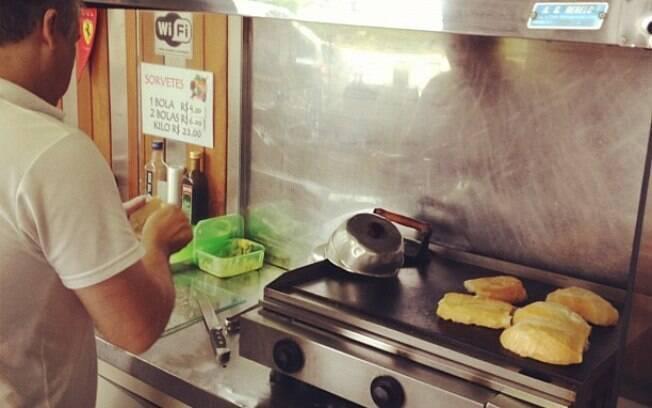 O pão na chapa de padaria pode ser feito em casa