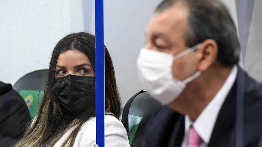 Diretora técnica da Precisa Medicamentos, Emanuela Batista de Souza Medrades e senador Omar Aziz, na CPi da Covid