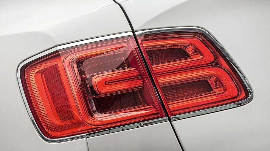 Lanterna do Bentley Bentayga tem a lente em formato do Flying B, símbolo da marca britânica