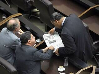 Repercussão. Com exemplar de O TEMPO nas mãos, vereadores discutem a relação com a prefeitura