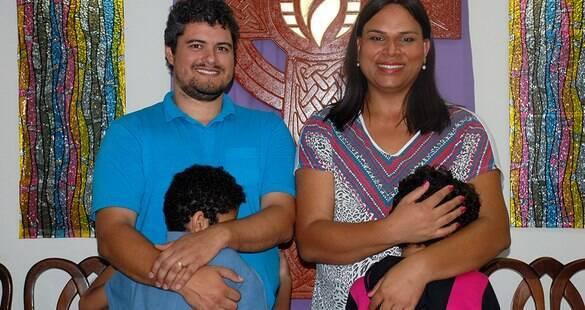 """""""Sempre quis ser mãe"""": pastora trans adota criança também trans"""
