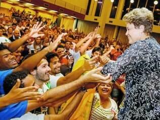 Comemoração. No Dia dos Professores, Dilma Rousseff (PT) recebeu o apoio de milhares de educadores em ato ontem, em São Paulo