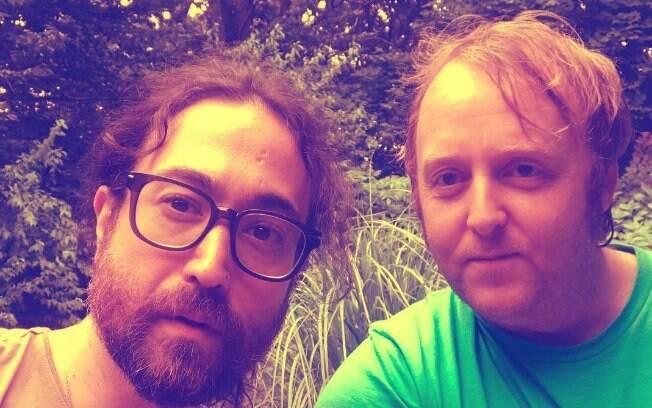 Filhos de John Lennon e Paul McCartney, ex-Beatles, postam fotos juntos e chamam atenção pela semelhança com os pais!