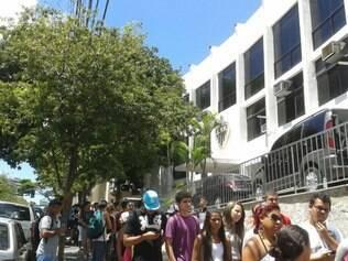 Uma longa fila de torcedores se formou no local durante toda a manhã