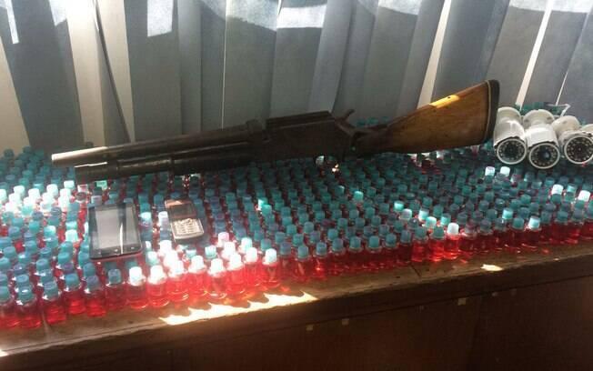 Arma e drogas apresentadas na Delegacia pelo Canil da PM