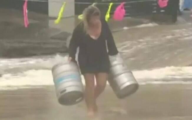 Na Austrália: mulher se atira em mar revolto para salvar barrir de cerveja