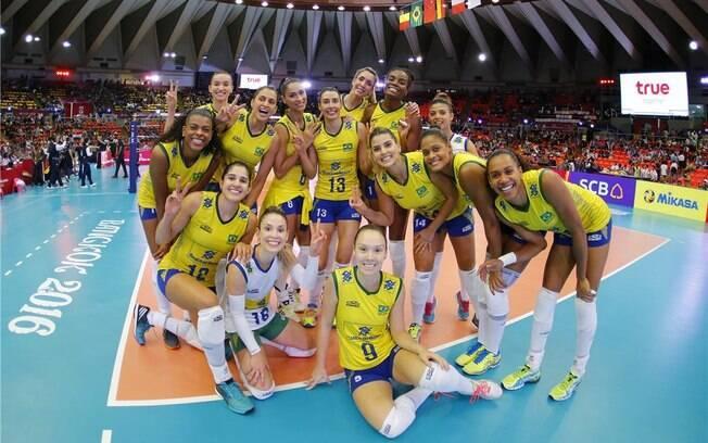 64d3a66be Meninas do vôlei brasileiro comemoram vitória