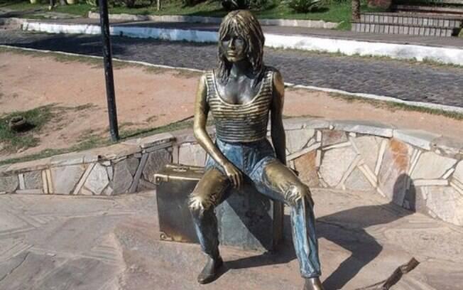 Estátua de bronze de Brigitte Bardot na orla da Praia da Armação, em Búzios
