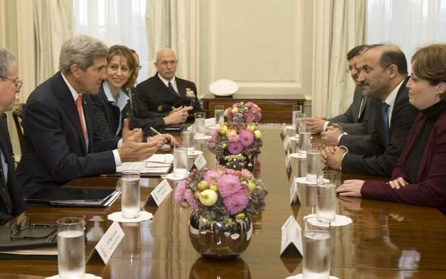 Chanceleres se reúnem com oposição síria para preparar negociações de paz
